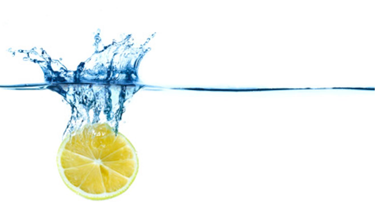 Привычки, которые вредят зубам и деснам: напитки с лимоном