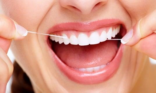 Гигиена полости рта с помощью зубной нити