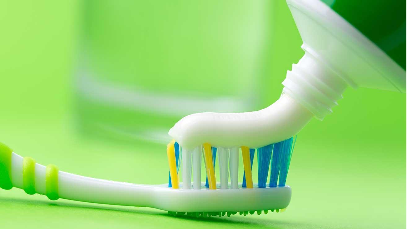 Как предотвратить разрушение зубов: зубная паста с фтором
