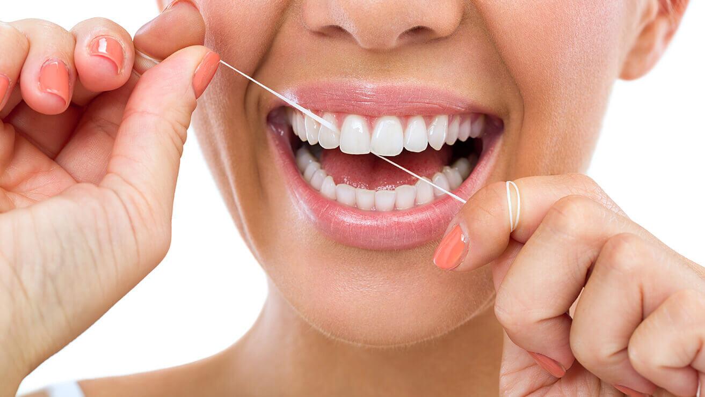 Способы сохранить белый цвет зубов: зубная нить
