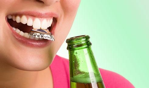 Открывание упаковки зубами