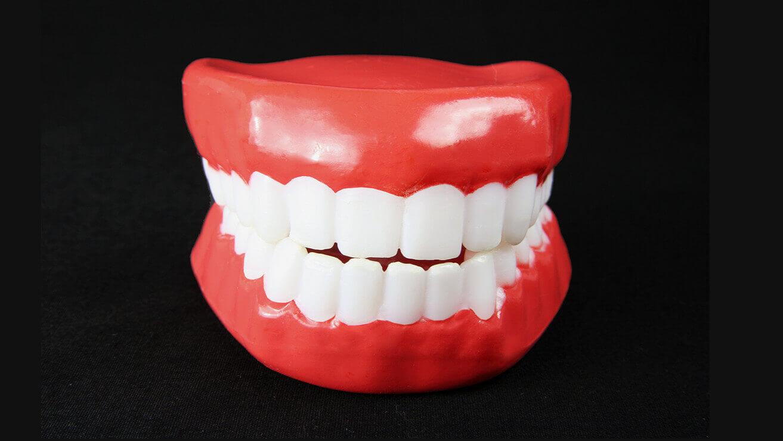 Причины чувствительности зубов: рецессия десны